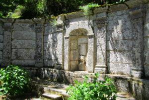 Il Teatro della Fonte Madonna del Monte si trova alle falde del Monte Giove presso Marciana, a 627 m di altitudine.